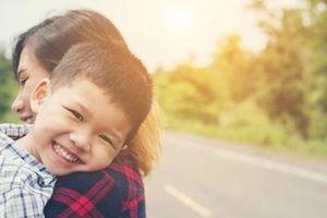 Không chỉ là sự thể hiện tình yêu, bố mẹ ôm con càng nhiều, con càng thông minh, hạnh phúc