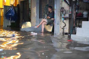 Đường ngập, xe cộ kẹt cứng trong trận mưa lớn ở TP.HCM