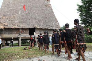 Độc đáo lễ cúng lên nhà Rông mới của đồng bào Gia Rai