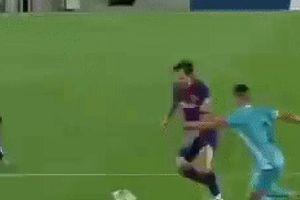 Khoảnh khắc đối thủ vứt hết liêm sỉ để ngăn cản Messi: Khán giả bối rối không biết đang xem bóng đá hay bóng bầu dục