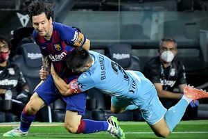 Hai hậu vệ kéo áo không ngăn được pha đi bóng của Messi