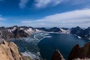Cận cảnh hồ miệng núi lửa cao nhất thế giới tan băng