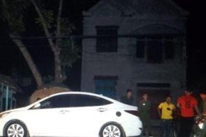 Vợ xinh đẹp được bạn trai chở đêm khuya, chồng phá xe