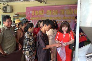 Lắp đặt 'ATM gạo', tặng quà cho học sinh