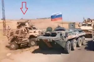 Xe bọc thép Mỹ lao thẳng vào húc thiết giáp BTR-80 Nga tại Syria