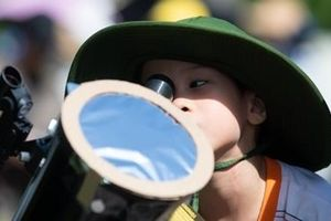 Người Hà Nội háo hức theo dõi nhật thực một phần sau 11 năm