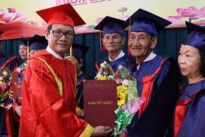 Hàng trăm học sinh U60 nhận bằng tốt nghiệp trung cấp