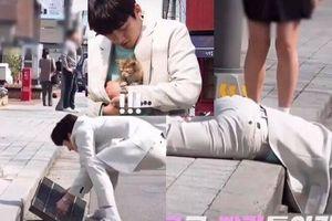 Dù mặc cả cây vest trắng, Ji Chang Wook không ngại lật tung nắp cống để cứu bé mèo