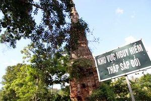 Một tháp cổ có nguy cơ đổ sập