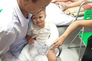 Xót thương bé gái bị cắt bỏ chân, gãy tay vì phút bất cẩn của người lớn