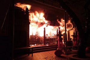 Đền Tam Quan Lâm Du cháy dữ dội lúc nửa đêm