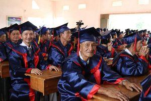 Cụ ông 76 tuổi nhận bằng tốt nghiệp y sĩ