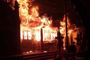 Hà Nội: Đền Tam Quan Lâm Du bốc cháy ngùn ngụt trong đêm