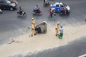 Dọn cát rơi vãi trên đường, CSGT Hà Nội được người đi đường tặng khẩu trang