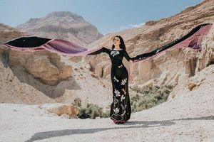 MC Thanh Mai 'thả dáng' cùng áo dài trên sa mạc Israel
