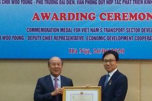 Phó Trưởng đại diện Quỹ EDCF tại Việt Nam nhận Kỷ niệm chương GTVT