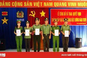 51 cán bộ, chiến sĩ công an huyện Tri Tôn được thăng cấp bậc hàm, tăng lương