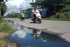 Nước thải chảy ngược lên mặt đường, gây ô nhiễm