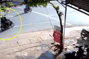 Clip: 2 thanh niên đèo nhau trên xe máy sang đường rơi đúng vào 'điểm mù' xe tải, camera ghi lại cảnh tượng rất kinh hoàng