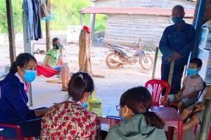 Lấy mẫu xét nghiệm lần 2 cho 11 ca nghi mắc bạch hầu ở Đắk Lắk