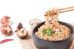 Thực phẩm mỳ tôm, vải, mận có gây nóng trong người?