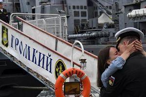 7 ngày qua ảnh: Thủy thủ Nga ôm hôn thắm thiết bạn gái trên bến cảng