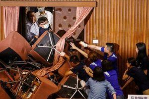 Ẩu đả tại Lập Pháp Viện Đài Loan, đảng thân đại lục lấy xích khóa cửa