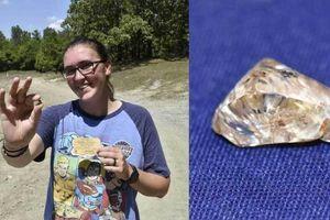 Chơi trò 'truy tìm kho báu' bất ngờ nhặt đương viên kim cương 'khủng'