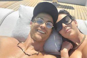 C. Ronaldo và bạn gái xinh đẹp tình tứ nằm phơi nắng trên du thuyền