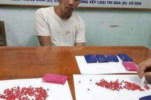 Bắt nam thanh niên 'cõng' 1.400 viên ma túy tổng hợp