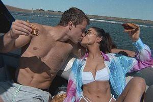 Hoa hậu Olivia Culpo mặc áo tắm, ngọt ngào hôn tình trẻ trên du thuyền