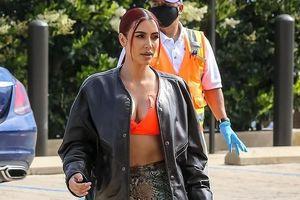Kim Kardashian nhuộm tóc đỏ, mặc đồ gợi cảm đi ăn trưa cùng chồng