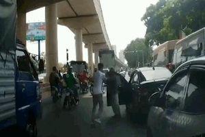 Clip: Va chạm giao thông, 2 người đàn ông lao vào hỗn chiến giữa phố Hà Nội