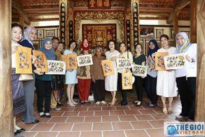 Nhóm Phụ nữ Cộng đồng ASEAN tại Hà Nội tìm hiểu và trải nghiệm văn hóa làm tranh Đông Hồ