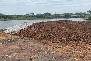Hải Dương điều tra vụ đổ chất thải màu trắng vào bãi than