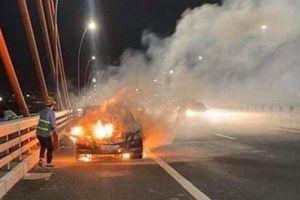 Quảng Ninh: Xế hộp Mercedes bị 'bà hỏa' thiêu rụi khi đang lưu thông trên đường