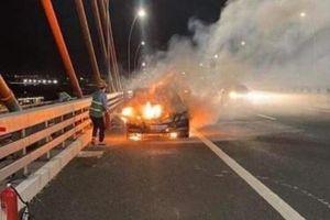 Xe Mercedes cháy trơ khung trên cầu Bạch Đằng
