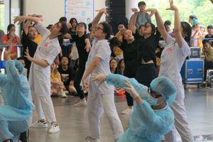 Học sinh trường Amsterdam gây ấn tượng với màn vũ đạo cực đỉnh