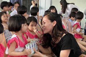 Quỹ sữa 'Vươn cao Việt Nam' đến với trẻ em khó khăn tỉnh Thừa Thiên - Huế