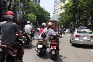 2 cô gái khiến nhiều người khiếp sợ bởi hành động liều lĩnh trên đường phố đông đúc xe cộ