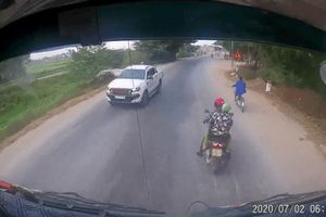 Clip: Dừng giữa đường để làm hành động bất ngờ, đôi vợ chồng khiến tài xế ô tô được phen 'thót tim'
