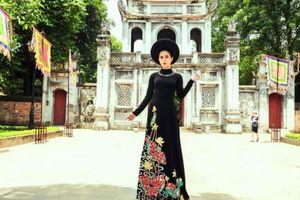 Thùy Trang yêu kiều với áo dài Việt Hùng tại Văn Miếu