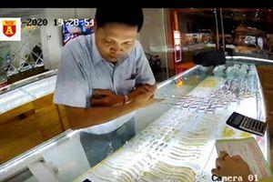Tên trộm vàng gian manh qua mắt chủ tiệm vàng bằng thủ đoạn rất cũ