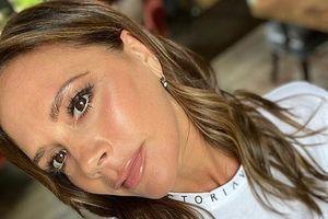 Victoria Beckham trang điểm màu nude xinh đẹp, trẻ trung ở tuổi 46