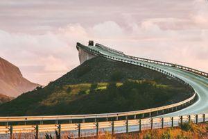 Cây cầu uốn cong kỳ lạ ở Na Uy