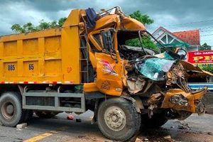 Ôtô tải dập nát cabin sau cú húc vào đuôi 2 xe dừng đèn đỏ