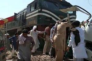 Pakistan: Tàu hỏa lao vào xe buýt chở người hành hương