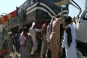 Tàu hỏa đâm xe buýt chở người hành hương, 19 người thiệt mạng