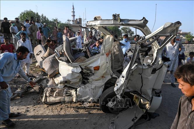 Tàu hỏa húc văng xe khách làm 22 người thiệt mạng