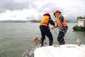 Diễn tập phương án chữa cháy tàu dầu trên vịnh Hạ Long